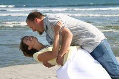 Coppie felici sulla spiaggia Fotografie Stock