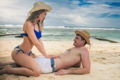 Coppie felici, trovantesi alla spiaggia, vista del mare Fotografia Stock Libera da Diritti