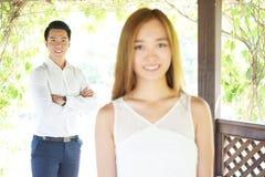 Coppie felici in un'alta chiave di relazione felice Fotografie Stock