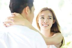 Coppie felici in un'alta chiave di relazione felice Immagini Stock Libere da Diritti