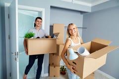 Coppie felici in un nuovo appartamento per un'inaugurazione di una nuova casa fotografie stock libere da diritti