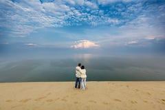 Coppie felici in una duna immagine stock libera da diritti