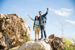 Coppie fiere con le mani su su una montagna Fotografia Stock Libera da Diritti