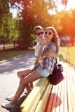Coppie fresche urbane moderne dei pantaloni a vita bassa del ritratto di estate nella città Fotografia Stock Libera da Diritti