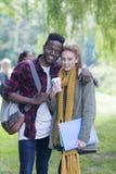 Coppie fuori che studiano insieme Fotografie Stock Libere da Diritti