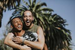 Coppie gay che abbracciano nel parco fotografia stock