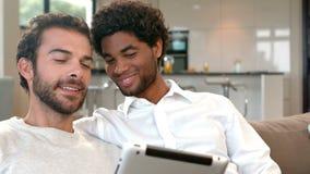 Coppie gay che si rilassano sullo strato video d archivio