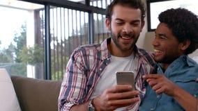 Coppie gay che si rilassano sullo strato archivi video