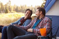 Coppie gay maschii su Autumn Camping Trip immagini stock