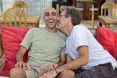 Coppie gay sulla vacanza che indica alla destinazione fotografia stock
