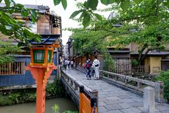 Coppie giapponesi con il kimono davanti a pregare del santuario immagini stock libere da diritti
