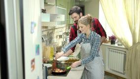 Coppie giovani che preparano alimento stock footage