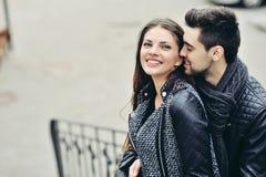 Coppie giovani di flirt Fotografie Stock