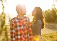 Coppie giovani nell'amore immagine stock