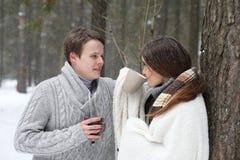 Coppie gli amanti su un pomeriggio di inverno della data in una bufera di neve della neve Fotografie Stock Libere da Diritti