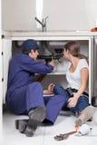 Coppie gli idraulici che riparano il tubo della cucina Fotografia Stock Libera da Diritti