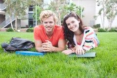 Coppie gli studenti di college felici Fotografie Stock Libere da Diritti