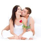 Coppie graziose che si baciano Immagini Stock Libere da Diritti