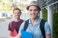Coppie i giovani studenti maschii felici Immagine Stock