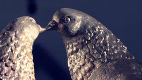 Coppie il piccione bianco d'annata fatto del fondo del sole e del bronzo piccioni delle figurine fatti di metallo Due figurine di immagini stock libere da diritti