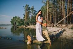 Coppie incinte dei giovani nell'amore Fotografia Stock Libera da Diritti