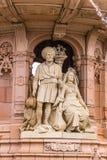Coppie indiane alla base della fontana di Doulton, Glasgow Scotland Regno Unito fotografia stock