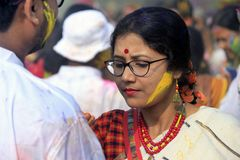 Coppie indiane che celebrano Holi Ritratto degli uccelli di amore alla celebrazione di Holi Immagini Stock Libere da Diritti