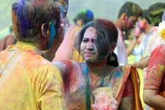 Coppie indiane che celebrano Holi Ritratto degli uccelli di amore alla celebrazione di Holi Immagini Stock
