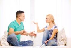 Coppie infelici che hanno discussione a casa Immagine Stock Libera da Diritti