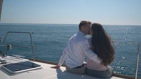 Coppie innamorate che si siedono su un yacht archivi video