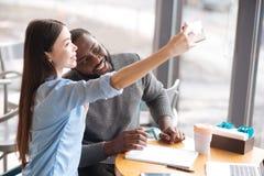 Coppie internazionali che fanno selfie Fotografia Stock