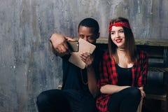 Coppie interrazziali dello studente che prendono selfie sul telefono Fotografia Stock Libera da Diritti