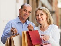 Coppie invecchiate con gli acquisti Fotografia Stock Libera da Diritti