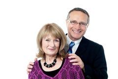 Coppie invecchiate di amore che colpiscono una posa alla moda Fotografia Stock