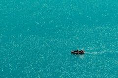 Coppie irriconoscibili che godono del pomeriggio di estate in barca sul lago Immagine Stock Libera da Diritti
