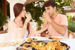 Coppie ispane che godono del pasto all'aperto a casa insieme Immagini Stock