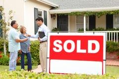 Coppie ispanice maggiori che comprano nuova casa Fotografia Stock
