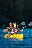 Coppie Kayaking del lago Immagine Stock