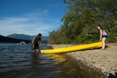 Coppie Kayaking del lago Immagini Stock Libere da Diritti