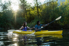 Coppie Kayaking del lago Immagini Stock