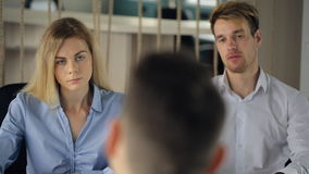 Coppie la gente nell'intervista di comportamenti delle camice di cotone in ufficio archivi video