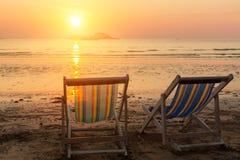 Coppie le chaise-lounge della spiaggia sul tramonto del mare nave Immagine Stock Libera da Diritti