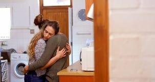 Coppie lesbiche che si abbracciano e che si baciano 4k archivi video
