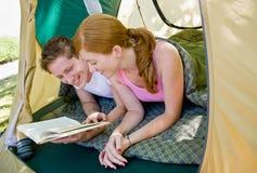 Coppie in libro di lettura della tenda Fotografie Stock