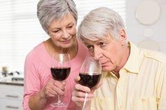 Coppie maggiori che bevono vino rosso Fotografie Stock