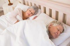 Coppie maggiori che dormono nella base Fotografia Stock