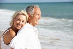 Coppie maggiori che godono della festa della spiaggia al sole Fotografie Stock
