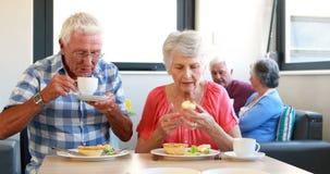 Coppie maggiori che mangiano prima colazione video d archivio