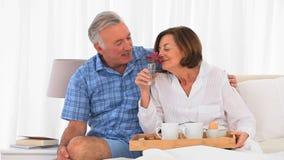 Coppie maggiori che mangiano prima colazione insieme stock footage