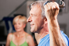 Coppie maggiori che si esercitano in ginnastica Fotografia Stock